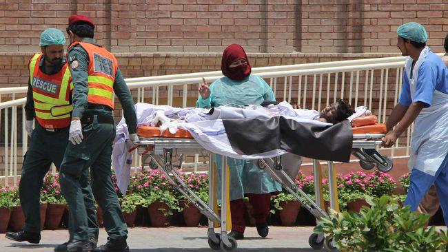 Salah satu korban ledakan truk tanki di bawa ke rumah sakit. (AFP Photo/Mansoor Abbas/cnn/)
