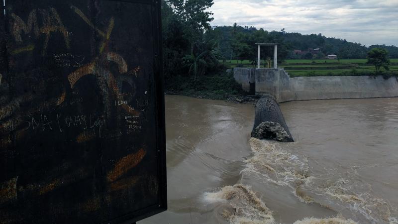 Bendungam Way Gatel, Panjerejo, Kecamatan Gadingrejo yang jebol pada awal Maret 2017 lalu. (Lampungnews/ Anton Nugroz)