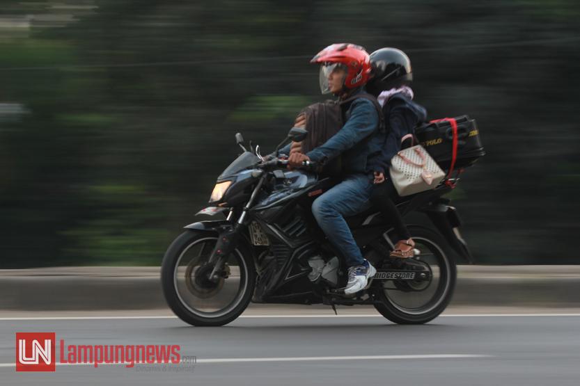 Sejumlah pemudik dari Pulau Jawa yang menggunakan sepeda motor mulai memasuki Jalan Lintas Sumatera, Jumat (23/6). Para pemudik sepeda motor ini kerap kali membahayakan diri sendiri dengan berboncengan lebih dari satu orang dan membawa beban yang cukup berat. (Lampungnews/El Shinta)