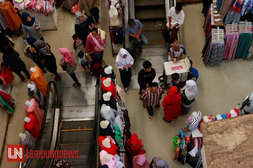 Sejumlah warga memadati Bambu Kuning Trade Center atau Pasar Bambu Kuning menjelang Hari Raya Idul Fitri, Rabu (14/6). Pasar Bambu Kuning selalu ramai dikunjungi warga yang berburu baju lebaran sejak H-10. (Lampungnews/El Shinta)