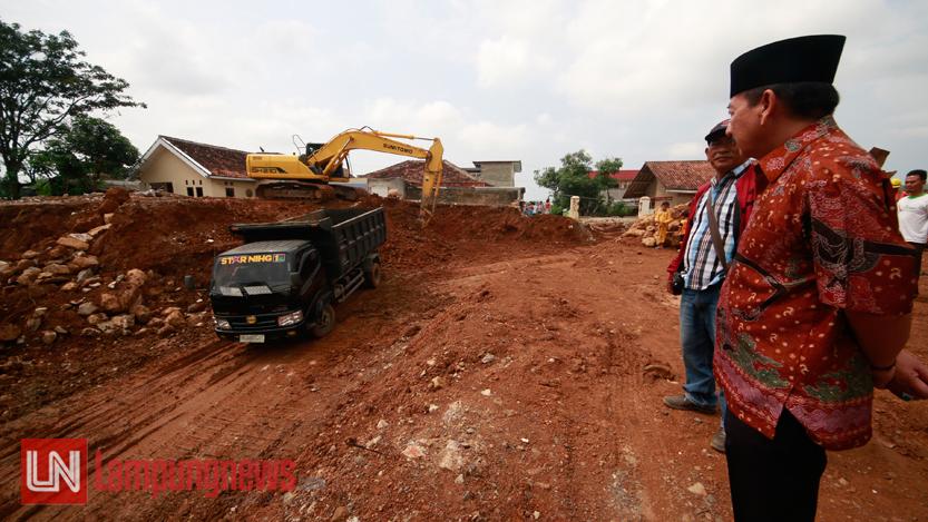 Walikota Bandarlampung Herman HN meninjau pembangunan flyover Pramuka-Cik Ditiro, Minggu (18/6). (Lampungnews/El Shinta)