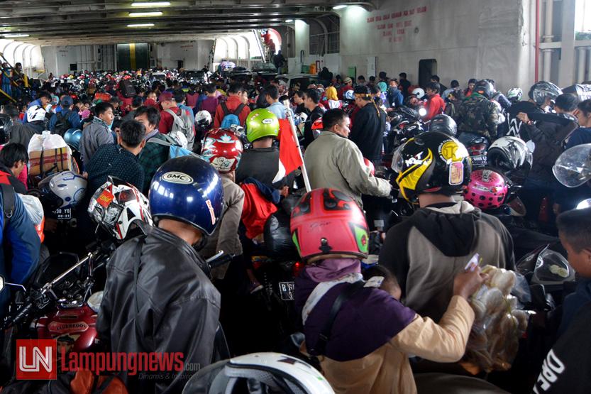 Ratusan pengendara roda dua berada di dalam lambung kapal ferry di Dermaga VII Pelabuhan Bakauheni, Lampung, Jumat (30/6).Sebanyak 64 persen atau 679.895 orang sudah kembali ke Jawa pada arus balik dari jumlah arus mudik lalu sebanyak 1.126.438 orang. (Lampungnews/Kristian Ali)