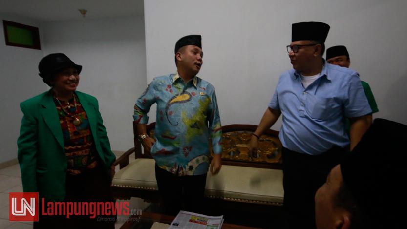 Alzier Dianis Thabranie menemui M Ridho Ficardo yang sedang berada di ruang tunggu kantor DPW PPP Lampung, Kamis (15/6). Alzier dan Ridho datang berbeda setengah jam untuk menyerahkan berkas pencalonan gubernur Lampung ke PPP. (Lampungnews/El Shinta)