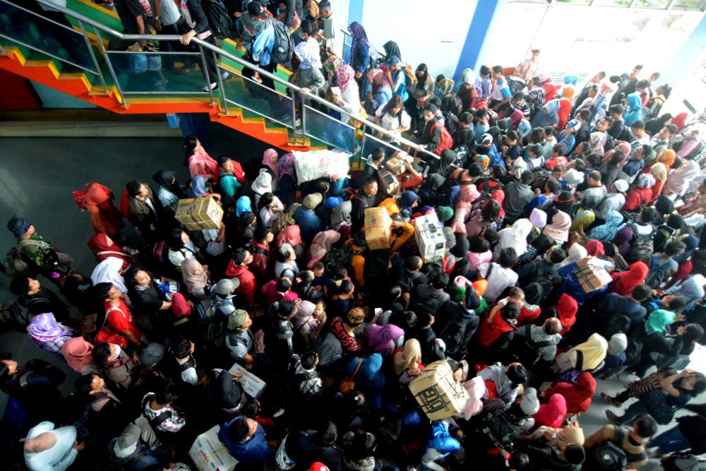 Ratusan penumpang arus balik berjubel antre menaiki tangga di Dermaga II Pelabuhan Bakauheni, Lampung. Jumat (30/6). (Lampungnews/Cris)