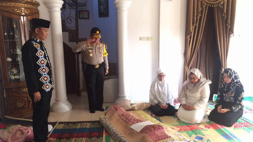 Waka Polda Lampung, Brigjen Pol Bonifasius Tampoi melakukan penghormatan kepada Kompol Tubagus. (tribratanews.polri.go.id)
