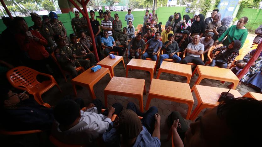 Kasat Pol PP Provinsi Lampung Jayadi menggelar pertemuan dengan pedagang PKOR Way Halim di Mie Aceh Jambo Raya, Kamis (13/7). Pertemuan yang berlangsung panas ini berakhir tanpa adanya kesepakatan. (Lampungnews/El Shinta).
