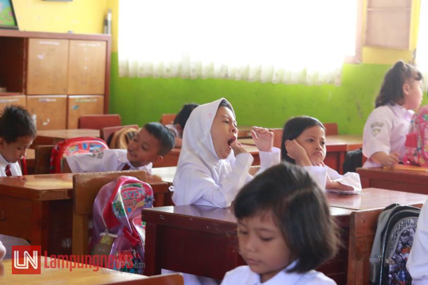 Siswa kelas satu SDN 2 Rawa Laut, Bandar Lampung, mengikuti kegiatan belajar mengajar pada hari pertama sekolah pada Senin (17/7) pagi. Banyak siswa yang masih mengantuk saat kegiatan perkenalan pertama. (Lampungnews/El Shinta)