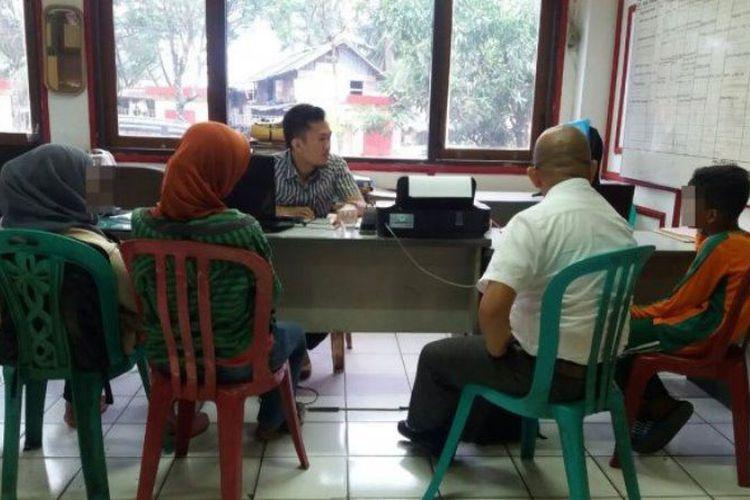 Korban pencabulan oleh nenek 80 tahun (paling kanan) saat menjalani pemeriksaan di ruang PPA Polresta Palembang, Selasa (18/72017). (Sripoku.com/Odi Aria Saputra)