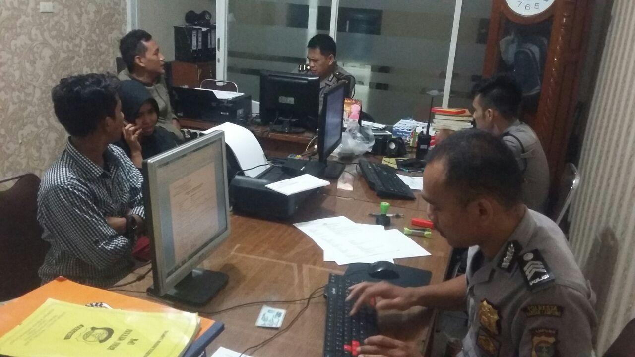 Dua jurnalis korban melapor ke Polresta Bandar Lampung. (Lampungnews/El Shinta)