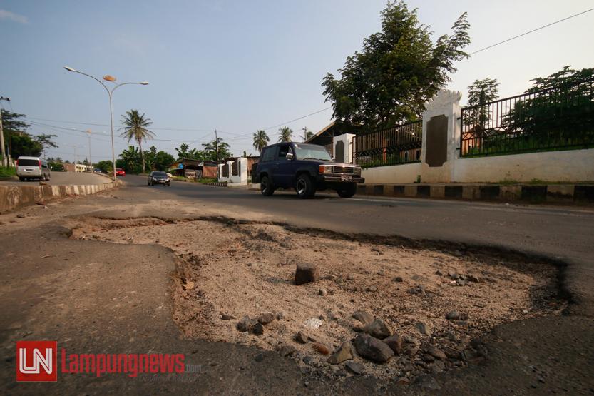 Kondisi Jalan Pramuka yang saat ini banyak ditemukan lubang besar yang dapat membahayakan pengendara jalan yang lewat, Rabu (12/7). Jalan milik Pemerintah Provinsi Lampung ini memang merupakan salah satu langganan daftar jalan rusak setiap tahunnya. (Lampungnews/El Shinta)