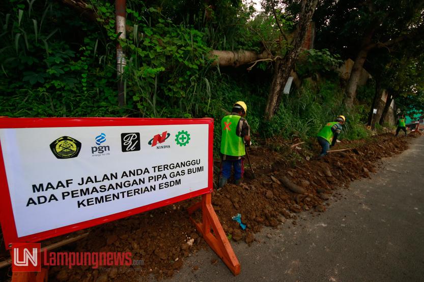 Sejumlah pekerja mengeruk saluran pemasangan pipa gas bumi di Jalan Ratu Dipuncak, Durian Payung, Tanjungkarang Pusat, Selasa (11/7). Program dari Kementerian ESDM ini direncanakan akan menyentuh 10 ribu KK di Bandarlampung. (Lampungnews/El Shinta)