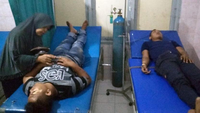 Dua dari tiga orang yang menjadi korban saat perusakan Pos Pemuda Pancasila Kecamatan Panjang. (Lampungnews/El Shinta)