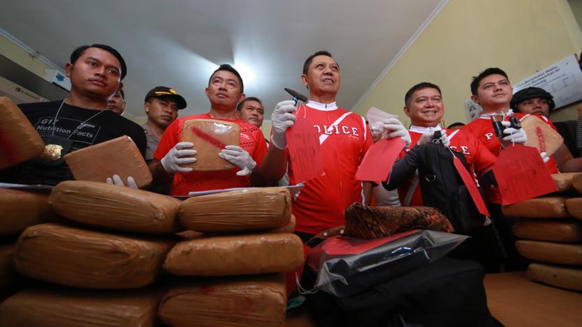 Kapolda Lampung Irjend Pol Sudjarno bersama Satuan Reserse Narkoba (Satnarkoba) Polresta Bandarlampung, mengamankan sebanyak 144 kilogram narkoba jenis ganja kering di sebuah kontrakan di Linsu, Rajabasa, Bandarlampung, di RS Bhayangkara, Minggu (20/8). (Lampungnews/El Shinta)