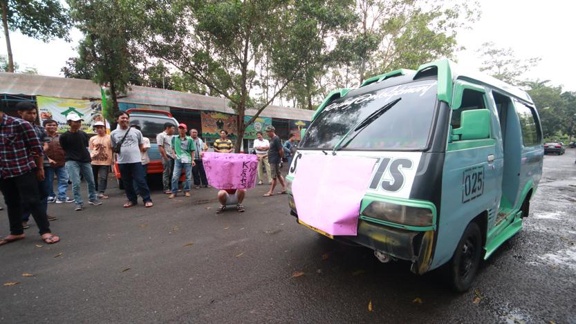 Angkot jurusan Rajabasa - Tanjungkarang mogok karena menganggap taksi online menurunkan pendapatan mereka. (Lampungnews/El Shinta)