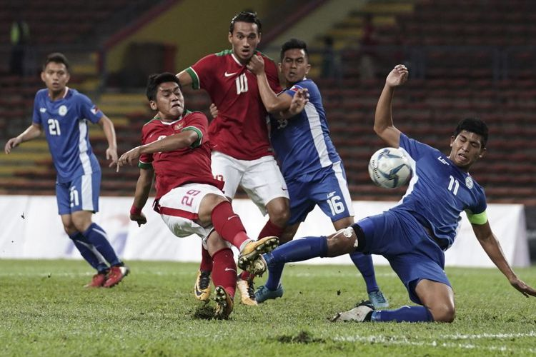 Pesepak bola Timnas U-22 Septian David Maulana (kedua kiri) dihadang pesepak bola Filipina U-22 Julian Mariano berusaha melepas tendangan pada babak penyisihan grup B SEA Games XXIX di Stadion Shah Alam, Selangor, Malaysia, Kamis (17/8/2017)