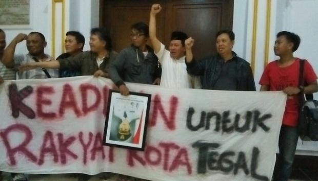 Warga Tegal menggelar aksi di Balaikota, menyusul OTT KPK terhadap Wali Kota Siti Masitha, 29 Januari 2017. (tempo.co)