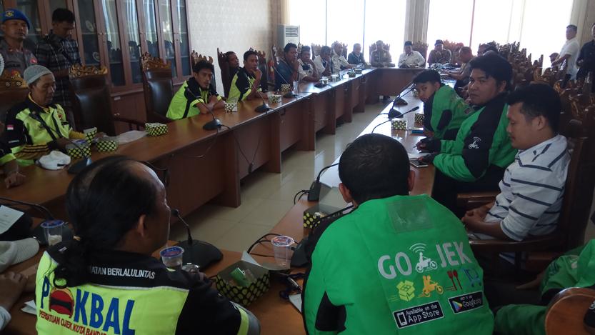 Suasana mediasi Gojek dan Pokbal di ruang lobi DPRD Kota Bandar Lampung yang dihadiri Ketua DPRD Wiyadi dan Kapolresta Kombes Pol Murbani Budi Pitono, Rabu (2/8).