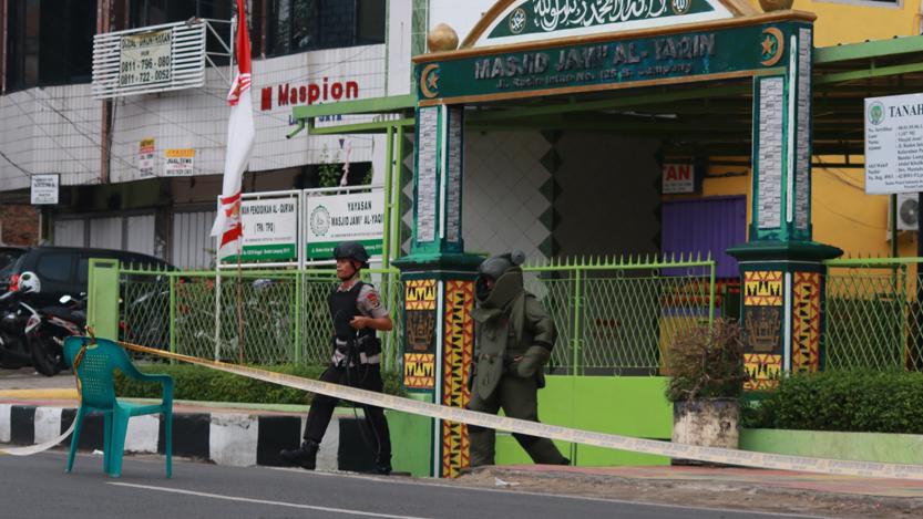 Tim Jibom Gegana Polda Lampung keluar dari Masjid Jami Al Yaqin usai mengamankan tas hitam yang diduga bom yang diletakkan di depan pintu masjid. Selama proses evakuasi, Jalan Raden Intan ditutup dan banyak warga yang menonton proses evakuasi. (Lampungnews/El Shinta)