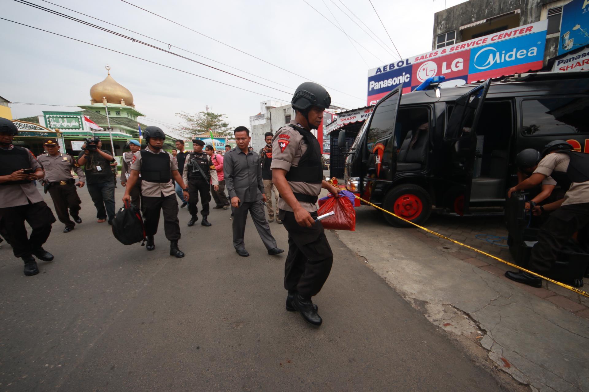 Polisi mengamankan plastik warna merah dan sebuah tas dari masjid. (Lampungnews/El Shinta)