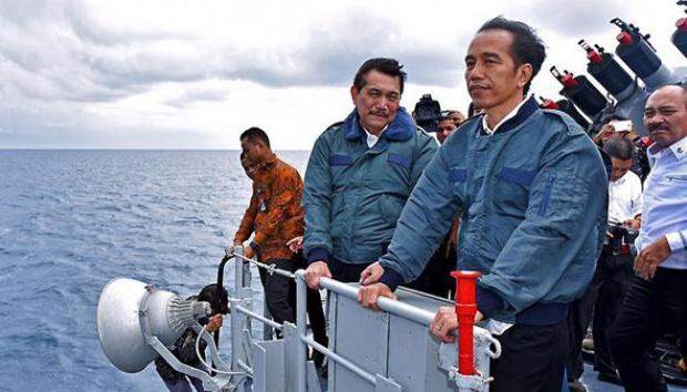 Presiden Joko Widodo (kanan) bersama Menko Polhukam Luhut Panjaitan di atas kapal perang KRI Imam Bonjol 383 di perairan Natuna, Kepulauan Riau, 23 Juni 2016. Berikut sejumlah penampilan Jokowi menggunakan jaket. Setpres.