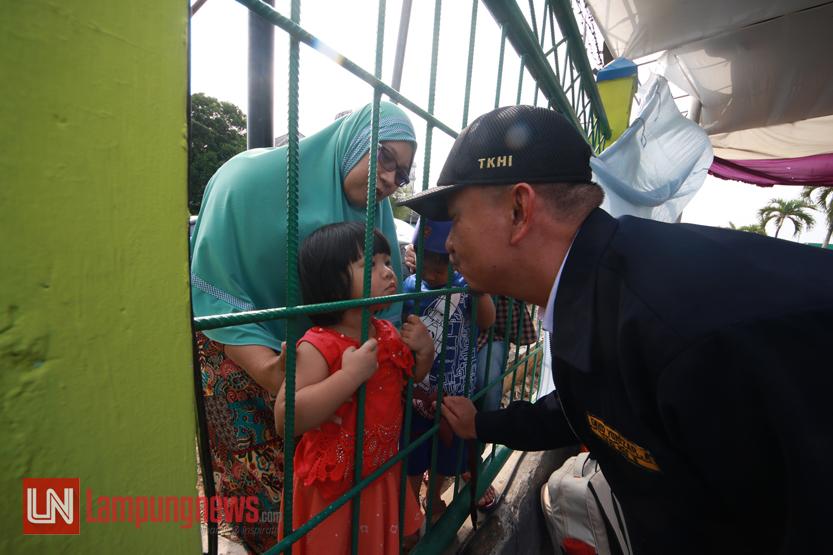 Sebanyak 386 jamaah haji kloter 1 asal Kabupaten Lampung Tengah tiba di Asrama Haji Rajabasa Lampung, Mingggu (10/9). Jamaah haji ini telah menyelesaikan ibadah di Tanah Suci Mekkah sejak diberangkatkan pada 31 Juli lalu. (Lampungnews/El Shinta)