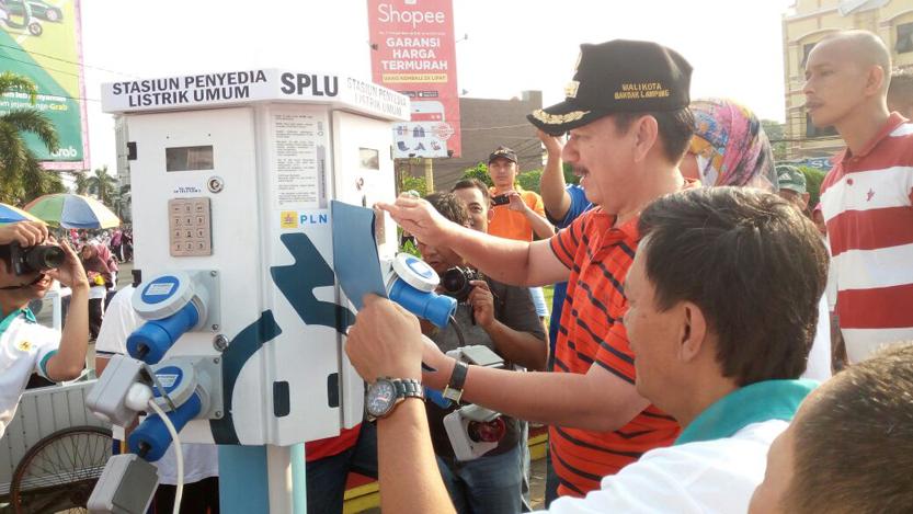 Walikota Bandarlampung Herman HN didampingi Manager PLN Wilayah Lampung Julita Indah mencoba SPLU yang dipasang di Tugu Adipura, Minggu (10/9). (Lampungnews/El Shinta)