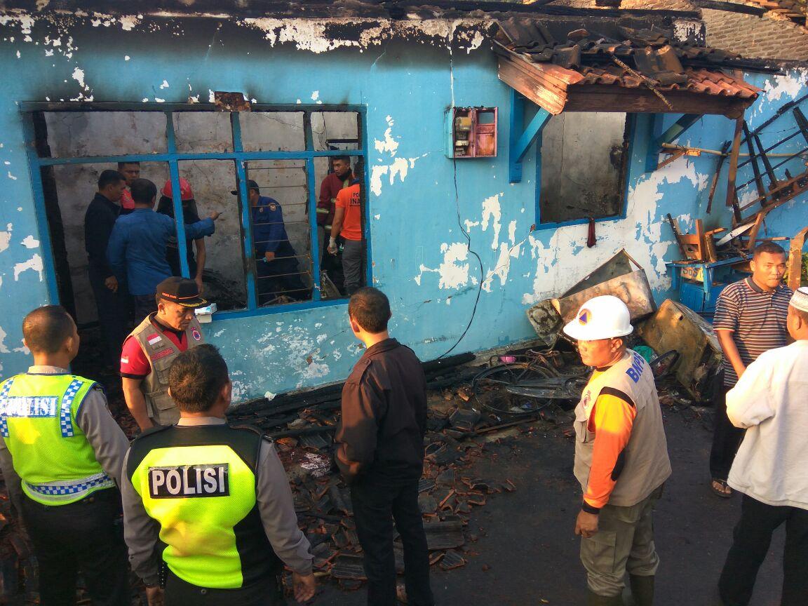 Sejumlah petugas sedang mencari pemilik Rumah yang diduga menjadi korban kebakaran tersebut. (Lampungnews.com/El Shinta)