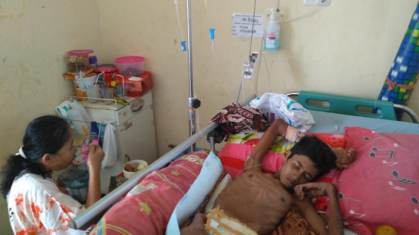 Masnayah, menunggui Zaki Saputra di kamar khusus pasien bedah ruangan di ruang Kemuning. Menurut pihak RS Abdul Moeleok, Zaki merupakan pasien rujukan dan dirawat di RS Abdul Moeloek sejak Rabu, (9/8) lalu. (Lampungnews/Anton Nugroz)