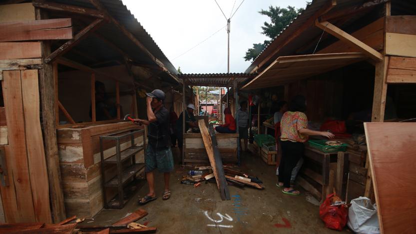 Sejumlah pedagang Pasar Perumnas Way Halim tengah membuat kios yang nyaman digunakan di Tempat Penampungan Sementara (TPS) yang akan ditempati selama empat bulan mendatang. (Lampungnews/El Shinta)
