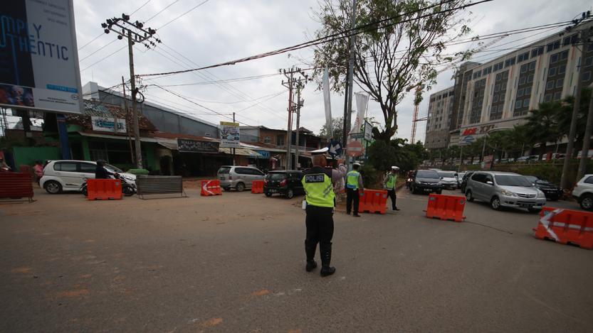 Personel Satlantas Polresta Bandarlampung mengatur rekayasa lalu lintas di persimpangan MBK, Kamis (7/9). (Lampungnews/El Shinta)