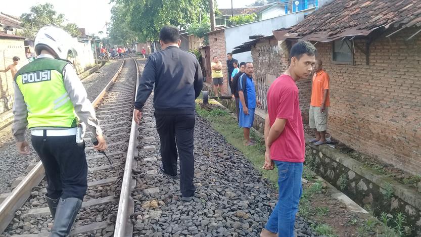 Polisi menyisir lokasi kejadian tertabraknya bapak beranak di Gunung Sulah. (Lampungnews/Adam)