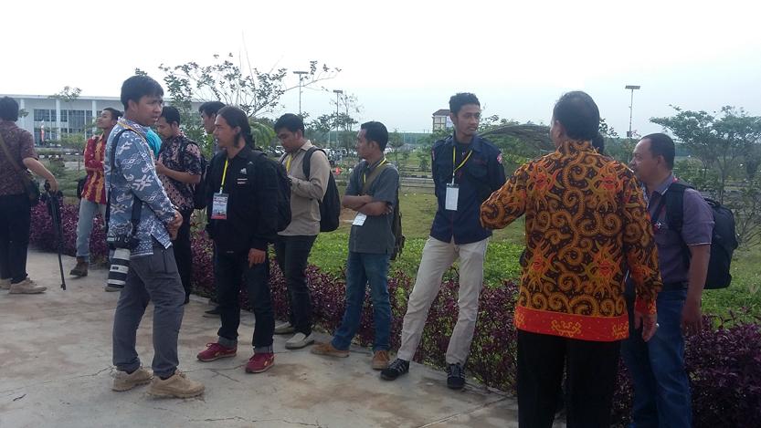 Para jurnalis dilarang masuk meliput kunjungan JK karena mengenakan celana jeans. (Lampungnews/El Shinta)