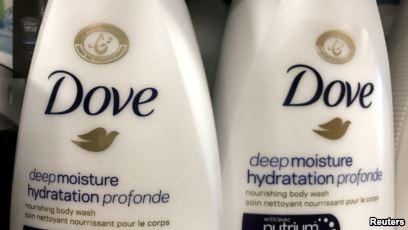Dua botol sabun mandi cair Dove di sebuah toko di Toronto, Ontario, (8/1017). (Voaindonesia)