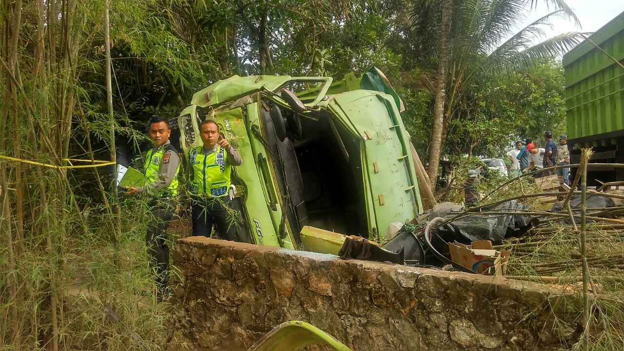 Truk Fuso ringsek menabrak pagar sekolah. (Lampungnews/Adam)