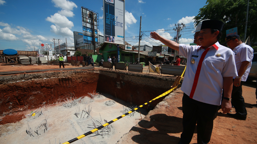 Walikota Bandarlampung Herman HN mengecek lokasi pembangunan flyover MBK. (Lampungnews/El Shinta)