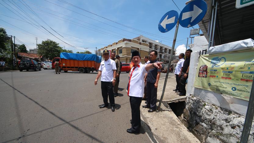 Walikota Bandarlampung Herman HN saat meninjau lokasi rencana pembangunan flyover di perempatan Jalan Agus Salim, Jalan Tamin, dan Jalan Cut Nyak Dien, Rabu (11/10). (Lampungnews/El Shinta)