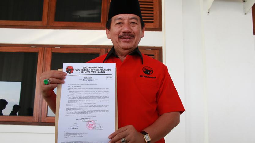 Herman HN menunjukkan surat tugas dari DPP PDI Perjuangan terkait rekomendasi maju ke Pilgub Lampung 2018. (Lampungnews/El Shinta)