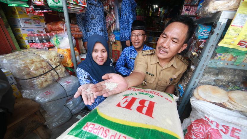 Kepala Disdag Kota Bandarlampung Sahriwansyah mengecek kualitas beras premium di salah satu toko beras di Pasar Pasir Gintung, Selasa (17/10). (Lampungnews/El Shinta)