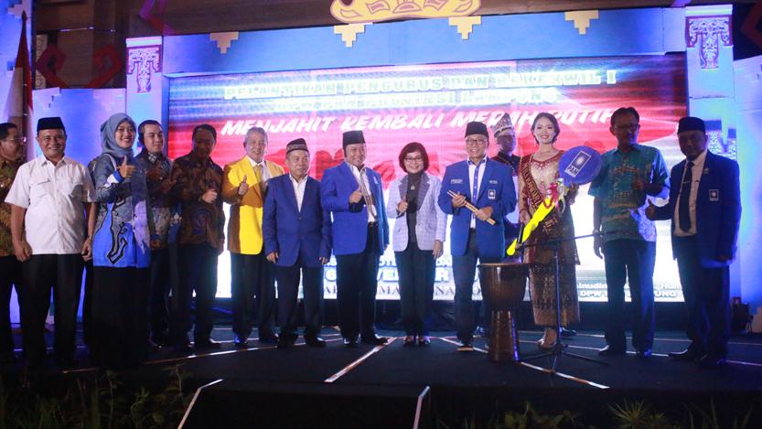 Ketua Umum (Ketum) Dewan Pimpinan Pusat (DPP) PAN, Zulkifli Hasan secara resmi melantik Zainudin Hasan sebagai Ketua DPW PAN Lampung periode 2015-2020 yang digelar di Ballroom Swiss-Bell Hotel, Bandarlampung, Senin (6/11). (Lampungnews.com/El Shinta)