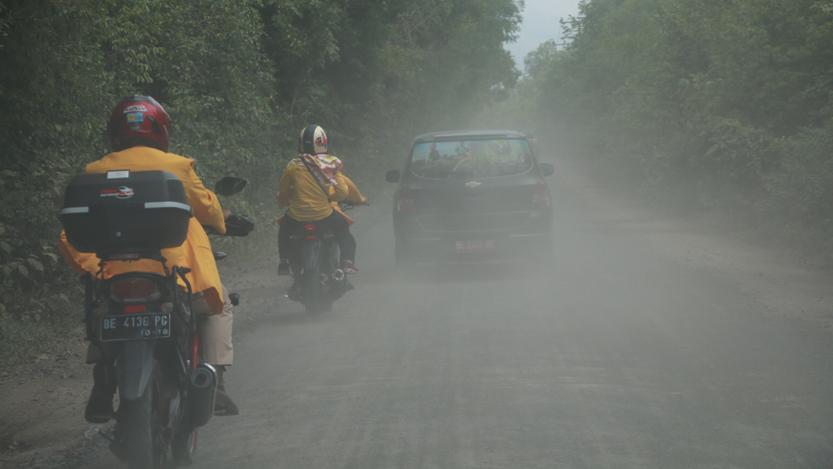 Akses jalan wisatawan dari pintu masuk Taman Nasional Way Kambas menuju Pusat Pelatihan Gajah dipenuhi debu yang mengepul, Sabtu (11/11). (Lampungnews.com/El Shinta)