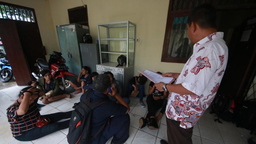Petugas Dinsos Kota Bandarlampung melakukan pendataan terhadap 10 PSK yang tertangkap. (Lampungnews.com/El Shinta)