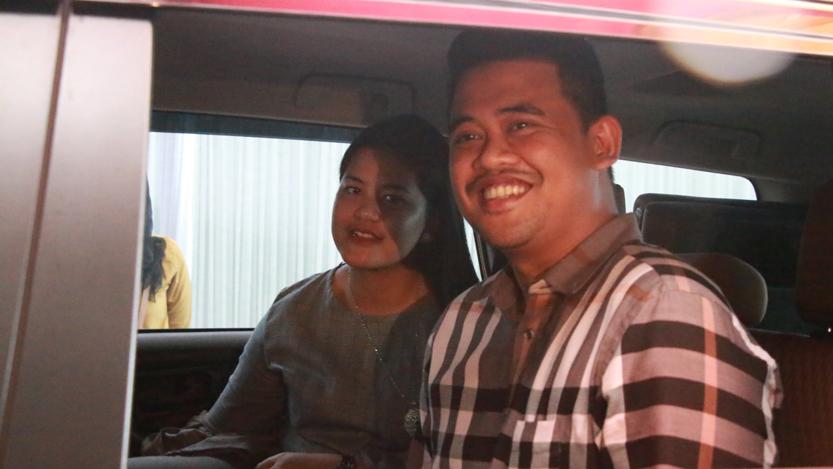 Bobby dan Kahiyang meninggalkan kediaman Riga, Jumat (17/11). (Lampungnews.com/El Shinta)