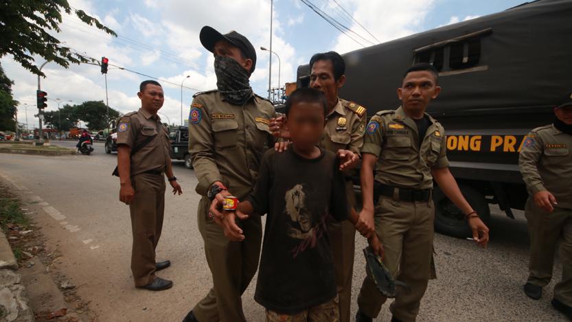 FA digelandang petugas saat kedapatan menghirup lem aibon di perempatan lampu merah Jalan Soekarno-Hatta, Rajabasa. (Lampungnews.com/El Shinta)