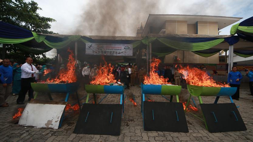 Kepala BBPOM Syamsuliani dan Walikota Herman HN memusnahkan obat dan makanan ilegal di kantor BBPOM Kota Bandarlampung, Senin (20/11). (Lampungnews.com/El Shinta)
