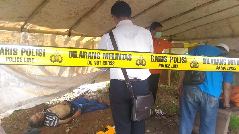 Tim Inafis melakukan olah TKP penemuan mayat anonim di Jalan Soekarno-Hatta, Bypass, Labuhan Ratu, Senin (20/11). (Lampungnews.com/El Shinta)