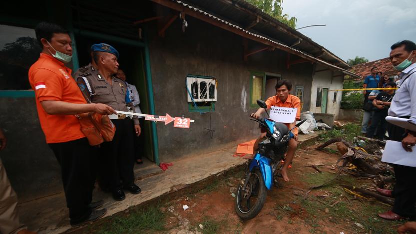 Polisi melakukan rek adegan tersangka Agus Nawi yang mengambil motor korbannya yang telah dihabisi di dalam rumah kontrakannya. (Lampungnews.com/El Shinta)