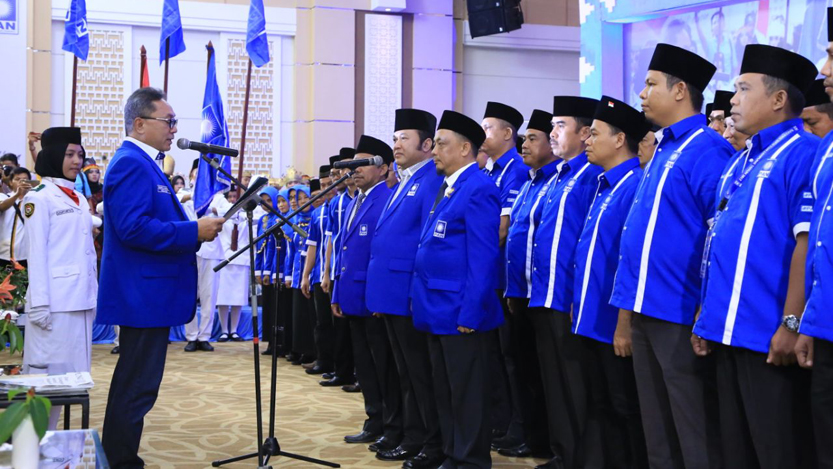 Ketua Umum (Ketum) Dewan Pimpinan Pusat (DPP) PAN, Zulkifli Hasan secara resmi melantik Zainudin Hasan sebagai Ketua DPW PAN Lampung periode 2015-2020 yang digelar di Ballroom Swissbell Hotel, Bandarlampung, Senin (6/11). (Ist)