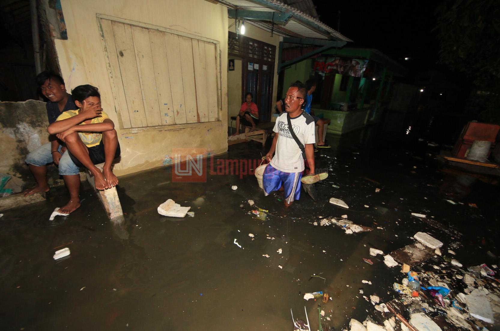 Puluhan rumah di Sukaraja, Bumi Waras terendam banjir rob dan satu rumah lainnya jebol diterjang keganasan ombak pesisir Teluk Lampung, Senin (4/12). Banjir rob ini sudah berlangsung sejak Jumat lalu akibat cuaca ekstrem. (Lampungnews.com/El Shinta)