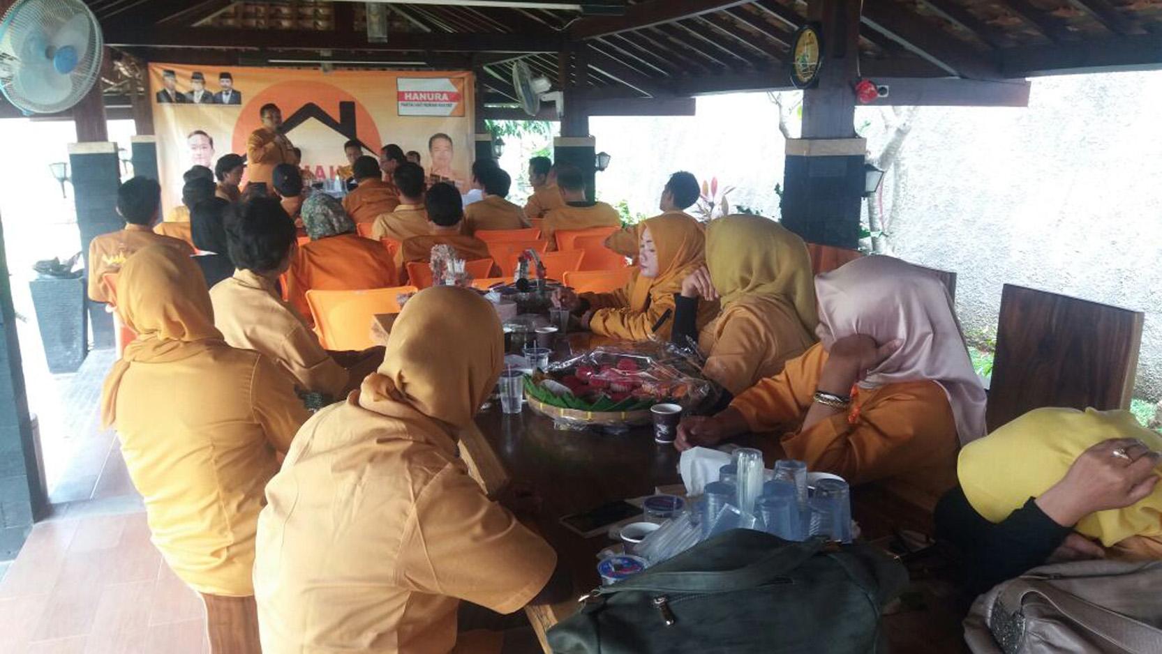 Ketua DPD Hanura Lampung Sri Widodo saat memberikan arahan saat rapat kordinasi persiapan menyambut HUT Hanura ke 11, di kediaman Sekretaris DPD Yozi Rizal. (Lampungnews.com/Davit)