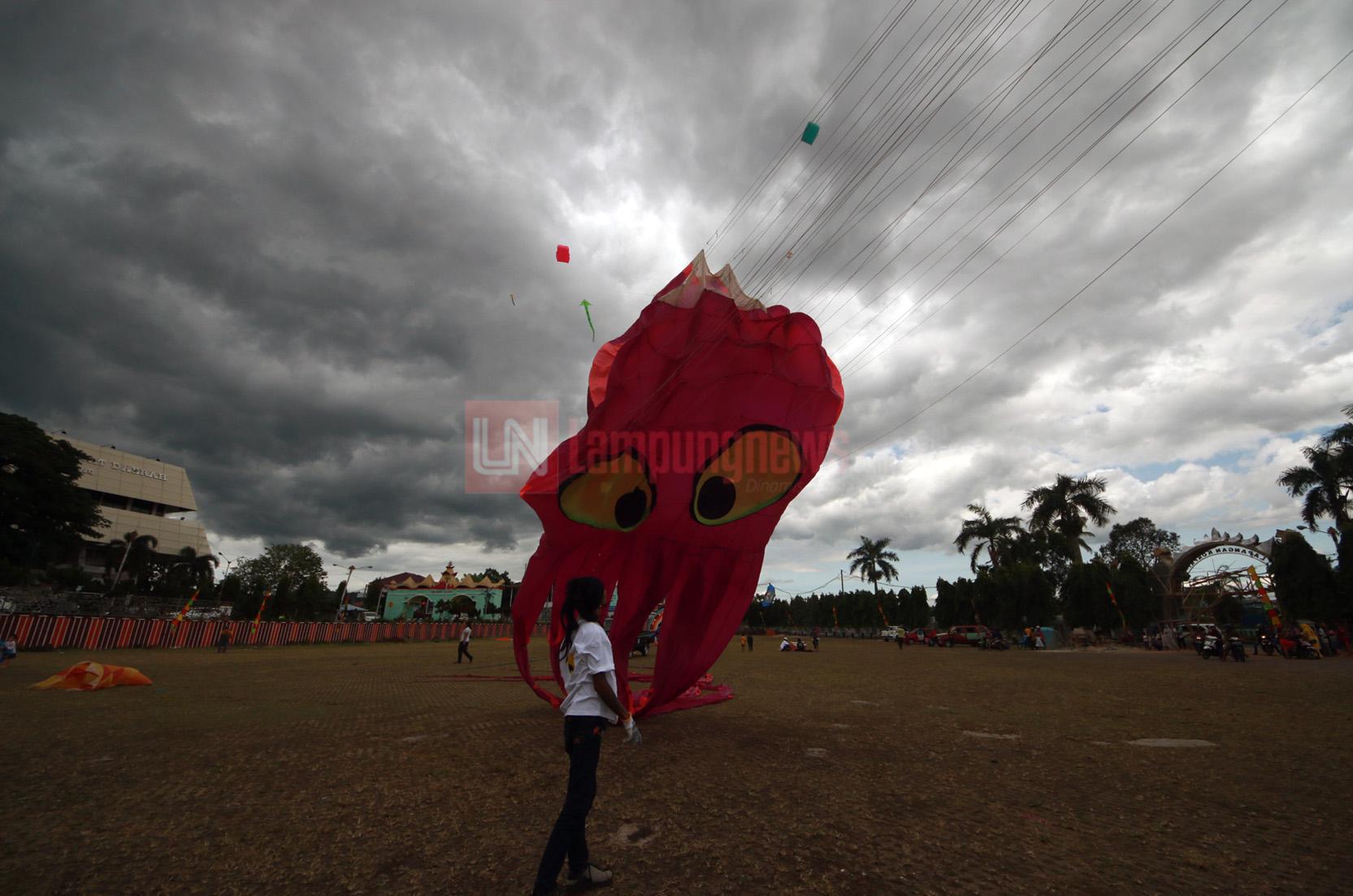 Sebanyak 400 layang-layang dari berbagai macam bentuk dan ukuran menghiasi langit Kota Bandarlampung dalam perayaan puncak Hari Bakti PU ke-72, di Lapangan Korpri, Minggu (3/12). Festival yang diadakan oleh Museum Layang-layang Indonesia ini diikuti Swedia, Kanada, Malaysia, dan India. (Lampungnews.com/El Shinta)